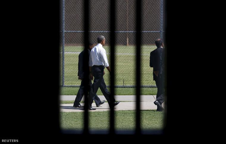 Barack Obama az El Reno-i börtön udvarán