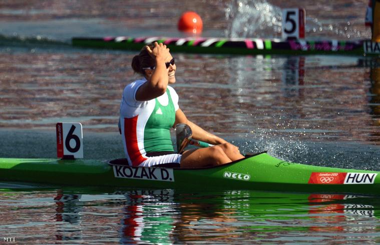 Kozák Danuta ünnepel miután első helyen végzett a 2012-es londoni nyári olimpia női kajak egyes 500 méteres számának döntőjében az Eton Dorney evezőspályán 2012. augusztus 9-én.