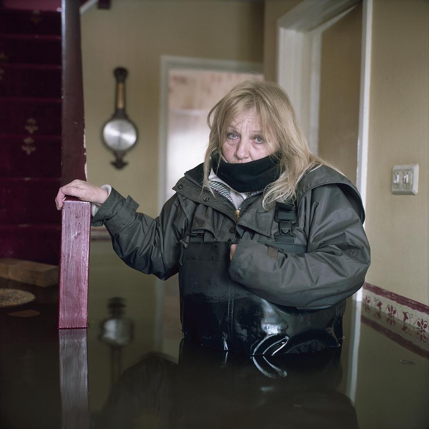 Shirley Armitage, Moorland, Somerset. (2014) A tavalyi volt Anglia legcsapadékosabb éve. Több mint hatezer házat, köztük a képen látható Shirley otthonát tette tönkre a víz.