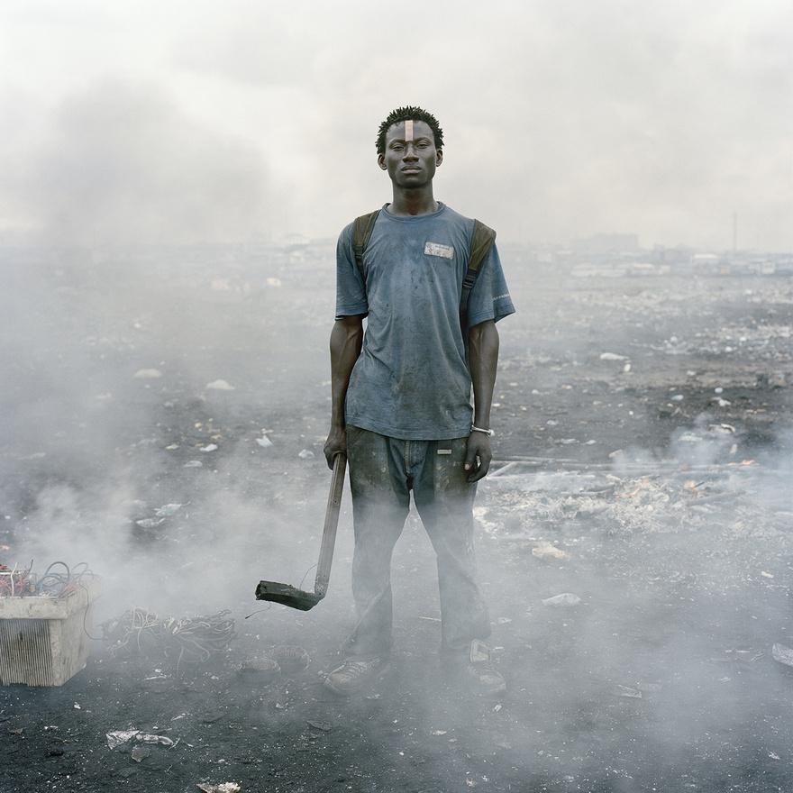 Aissah Salifu, egy munkás az Agbogbloshie piacon. Itt  köt ki Európa és a nyugati világ digitális hulladékának komoly része. A helyiek a leselejtezett elektronikai eszközöket bontják tovább elemeikre, hogy az értékes részeket eladva jussanak bevételhez. A védőfelszerelés nélkül végzett munka hamar tönkreteszi a szervezetet; a hulladékok égetésével keletkező mérgező anyagok visszafordíthatatlan károkat okoznak a talajban, és a környék levegőjét is súlyosan szennyezik.