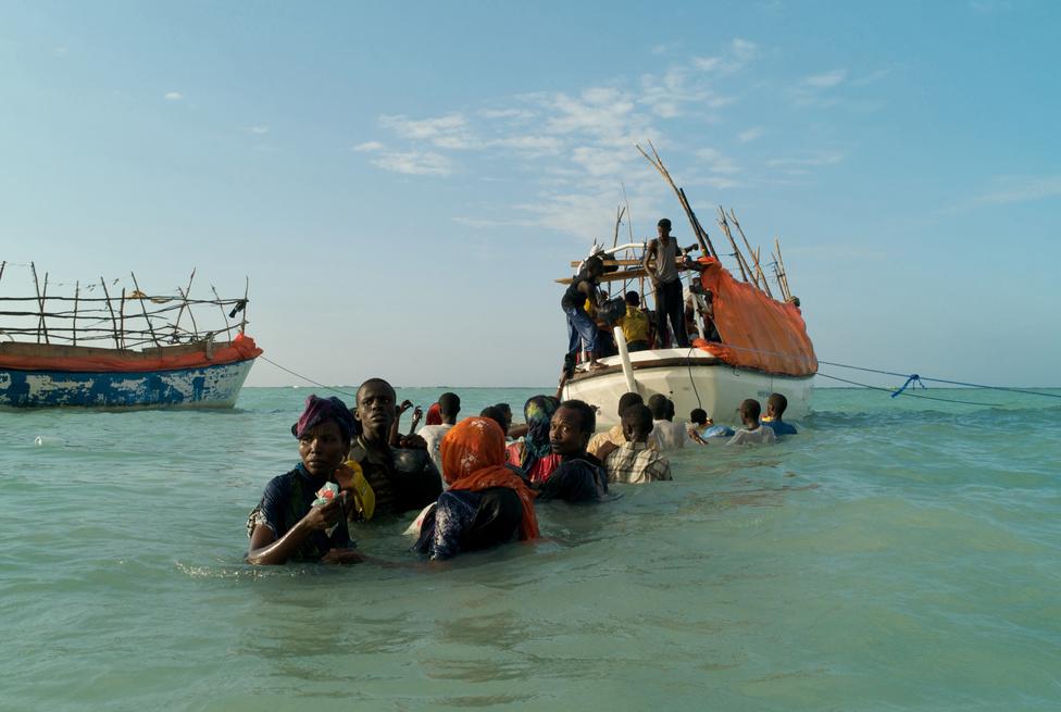 Szomáliai menekültek indulnak útnak egy csempészhajón Jemen felé, a Shimbiro tengerpartról. (2008)
