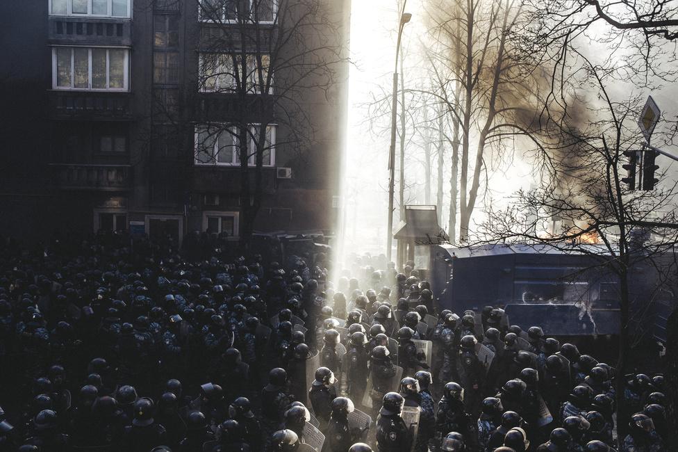 Rohamrendőrök gyülekeznek egy bérház árnyékában a Majdan ostroma előtt, 2014. február 18.