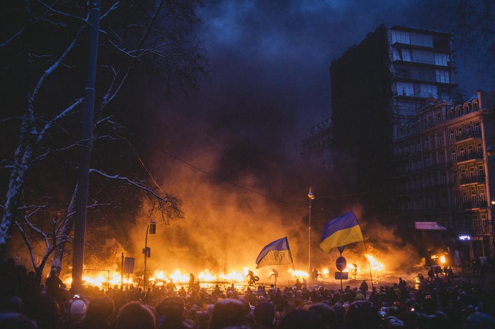 Lángoló csatatér a Hurscsevsko utcán, Kijevben. 2014. január 23.