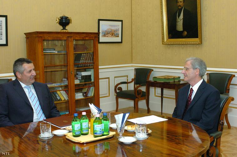 Czukor József Magyarország Ljubljanába kiutazó nagykövete miután átvette megbízólevelét Sólyom László köztársasági elnöktől a Sándor-palota Tükörtermében, 2005. augusztus 24-én.