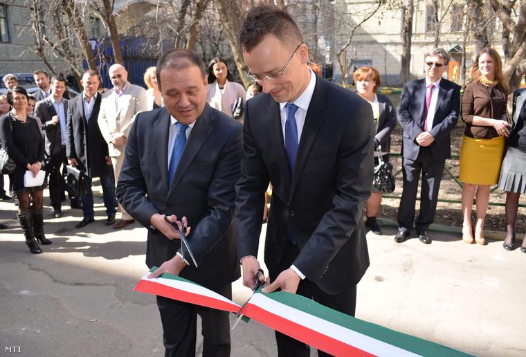 Szijjártó Péter, a magyar-orosz gazdasági kapcsolatokért felelős kormánybiztos és Tarsoly Csaba, a Quaestor-csoport elnök-vezérigazgatója megnyitja a magyar kereskedőházat Moszkvában 2013. április 22-én, amelyet a magyar állam a Quaestor-csoporttal együttműködve hozott létre.