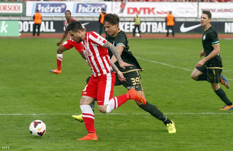 A diósgyőri Gosztonyi András és a ferencvárosi Mateo Pavlovic az OTP Bank Liga 10. fordulójában játszott Diósgyőri VTK - Ferencváros labdarúgó-mérkőzésen a diósgyőri stadionban 2014. október 4-én.