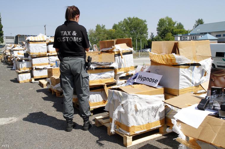 Lefoglalt 428 millió forint összértékű hamis parfümszállítmány a Nemzeti Adó- és Vámhivatal (NAV) Észak-Magyarországi Regionális Vám- és Pénzügyőri Főigazgatóságán Miskolcon 2015. július 17-én. A NAV munkatársai az M3-as autópályán egy lengyel kamion ellenőrzésekor találták meg a hamis termékeket.