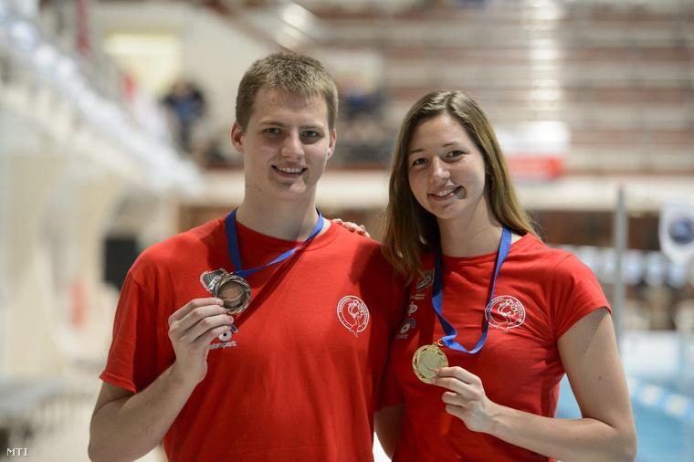 Az 50 méteres uszonyos gyorsúszás versenyszámában bronzérmet nyert Kosina Gergő és az aranyérmes Senánszky Petra a X. CMAS uszonyosúszó világkupán az egri Bitskey Aladár Uszodában 2015. február 28-án.