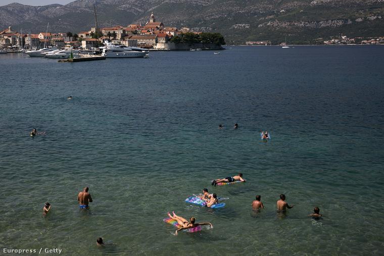 Fürdőzők a horvát tengerparton