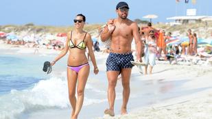 Terhes feleségével nyaralgat a Barca volt kapitánya