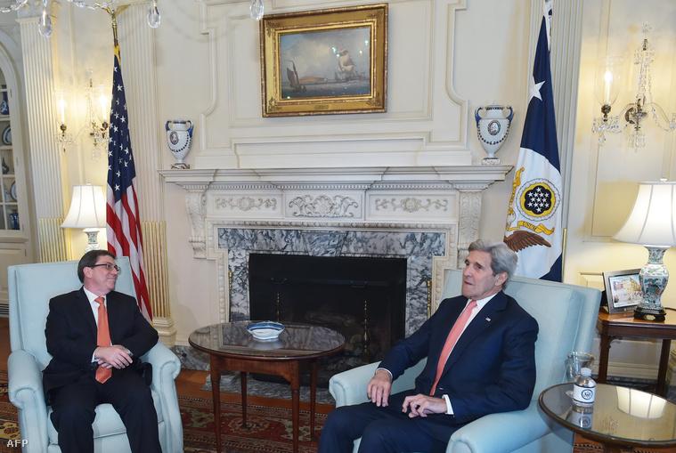 Bruno Rodriguez (balra) és amerikai kollégája John Kerry az újra megnyitott nagykövetségen Havannában
