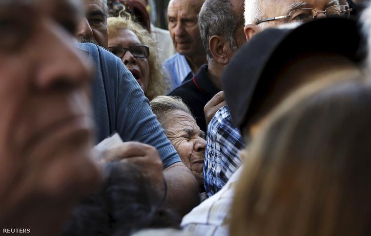 Görög nyugdíjasok tömött sorokban várták a bankok hétfői nyitását.