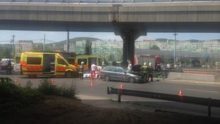 Mentőautó karambolozott a Flórián térnél, az egyik mentős is megsérült