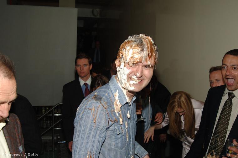 Nick Denton, tortával a fején egy 2005-ös bulin