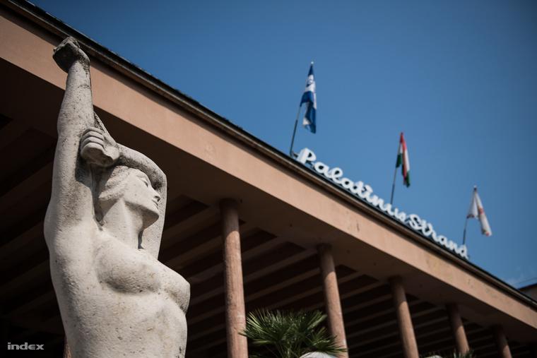 Csorba Géza Napozó lányának másolata a mai napig a Palatinus bejáratánál meztelenkedik