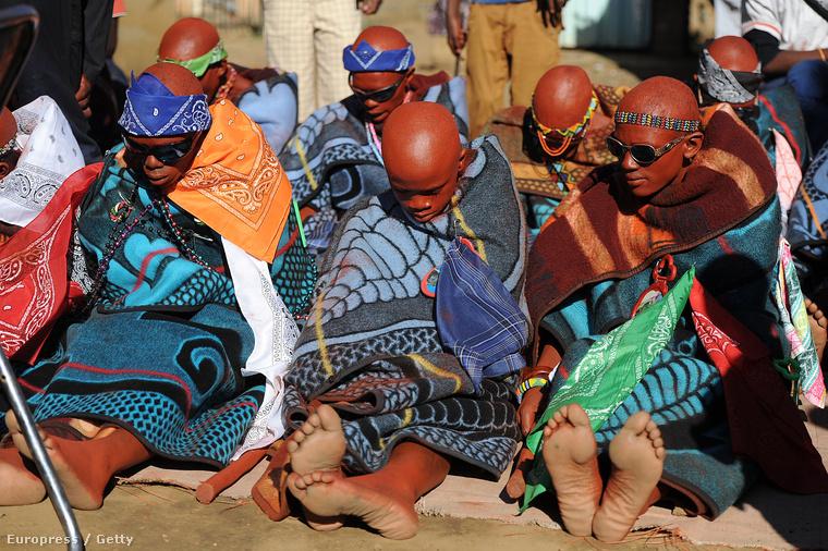 Beavatásról visszatérő fiúk a délafrikai Vaal járásban