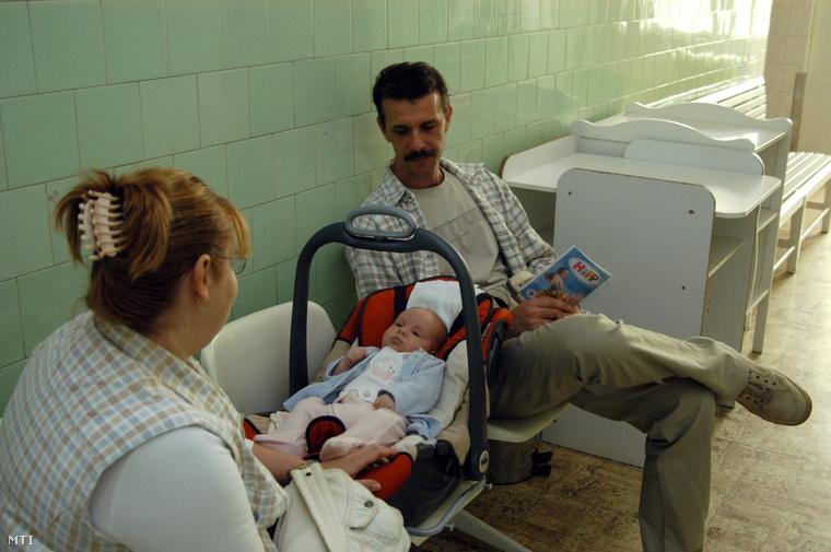 Kezelésre váró kisbaba szüleivel a Magyarországi Református Egyház kezelésében működő Bethesda Gyermekkórházban. (2007.)