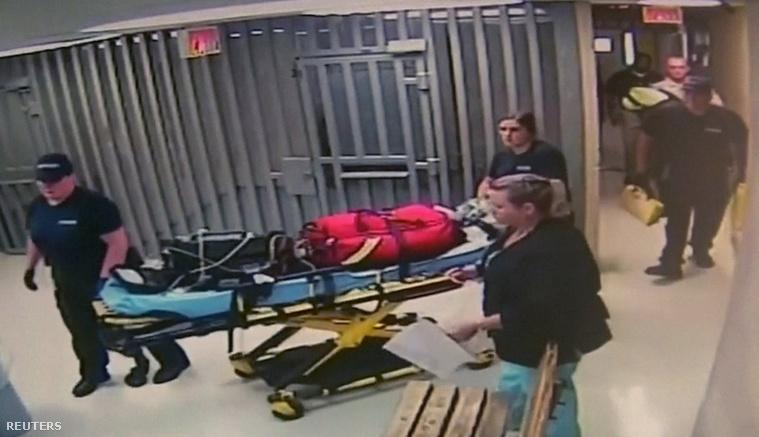 A mentősök távoznak a börtönből a lány halála után.