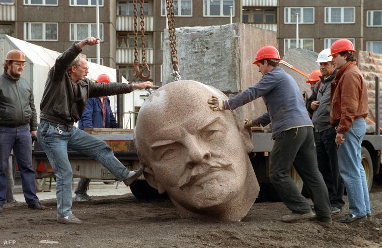 Munkások teszik trélerre Lenin fejét 1991-ben, Berlinben.