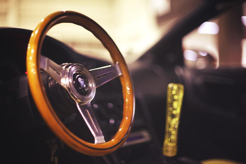 Eleinte egy kisebb sportkormány váltotta az eredetit, majd a Hangyász elkészültét követően tűnt csak fel neki, hogy a fa Nardi mennyire szépen mutat egy autóban. Az internetet túrva pedig arról is megbizonyosodott, hogy egy modern műszerfalhoz is passzol. Kétségtelen, hogy egy kortalan szépség, amelynél gyönyörűbb kiegészítőt aligha gyártottak autóhoz.