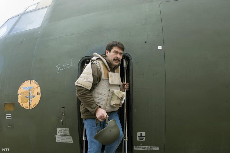 Áder János köztársasági elnök kiszáll egy C-160 típusú katonai szállítógépből a kabuli katonai repülőtéren 2012. december 16-án.
