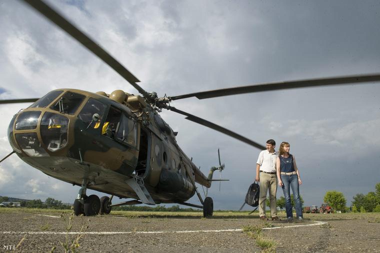 Áder János köztársasági elnök és felesége, Herczegh Anita egy katonai Mi-17-es szállító helikopter mellett a budaörsi repülőtéren 2013. június 8-án.