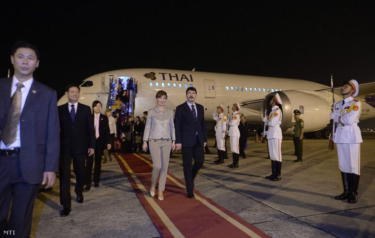 Áder János köztársasági elnök (k) és felesége Herczegh Anita a hanoi Noi Bai repülőtéren 2014. november 25-én.