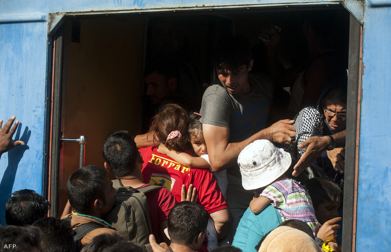 Menekülnek zsúfolódnak fel egy Magyarország felé tartó vonatra a görög-macedón határnál.