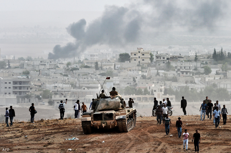 Török harckocsi és kurd civilek figyelik a szomszédos szíriai városban folyó harcokat (2014.)