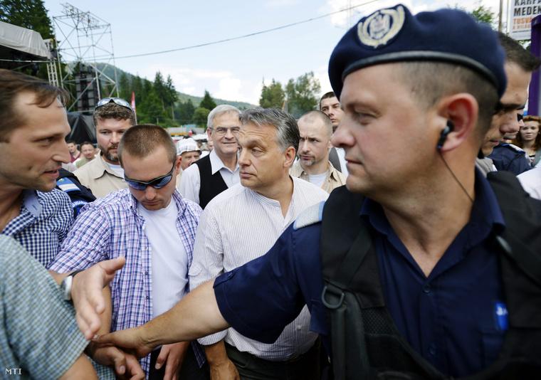 Orbán Viktor miniszterelnök az őt védő rendőrök gyűrűjében elhagyja a 25. Bálványosi Nyári Szabadegyetem és Diáktábort Tusnádfürdőn 2014. július 26-án.