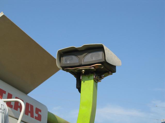 LASER PILOT figyeli az álló és a levágott termény határát, hogy pontosan ahhoz igazodhasson a gépkezelő