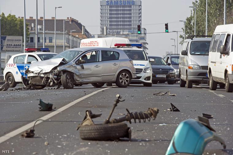 Összetört járművek és autóroncsok Budapesten a Váci úton a Vizafogó és a Fiastyúk utca között ahol négy autó és egy busz ütközött össze 2015. július 25-én.