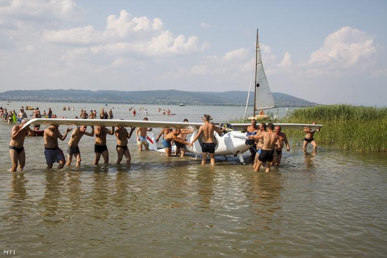 Sikeresen kiemelték a Balatonba zuhant vitorlázót