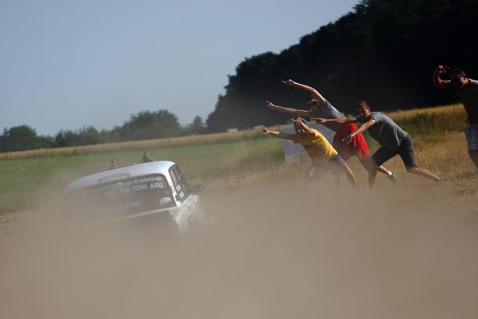 A Ladákat még mindig nagy lelkesedéssel várják a pályák szélén, a látványos autózásért pedig jogosan jár a buzdítás.