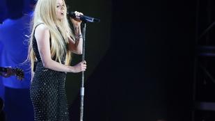 Avril Lavigne először énekelt, amióta kiderült, Lyme-kórja van