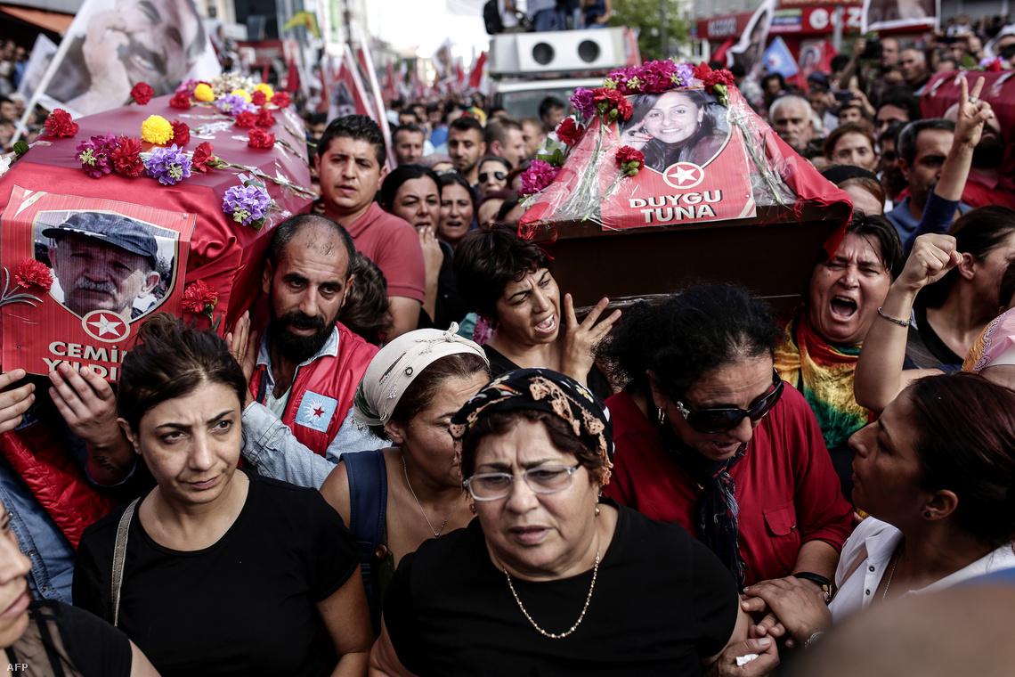 Gyászoló hozzátartozók suruçi robbantásos merénylet áldozatainak nyilvános temetésén.