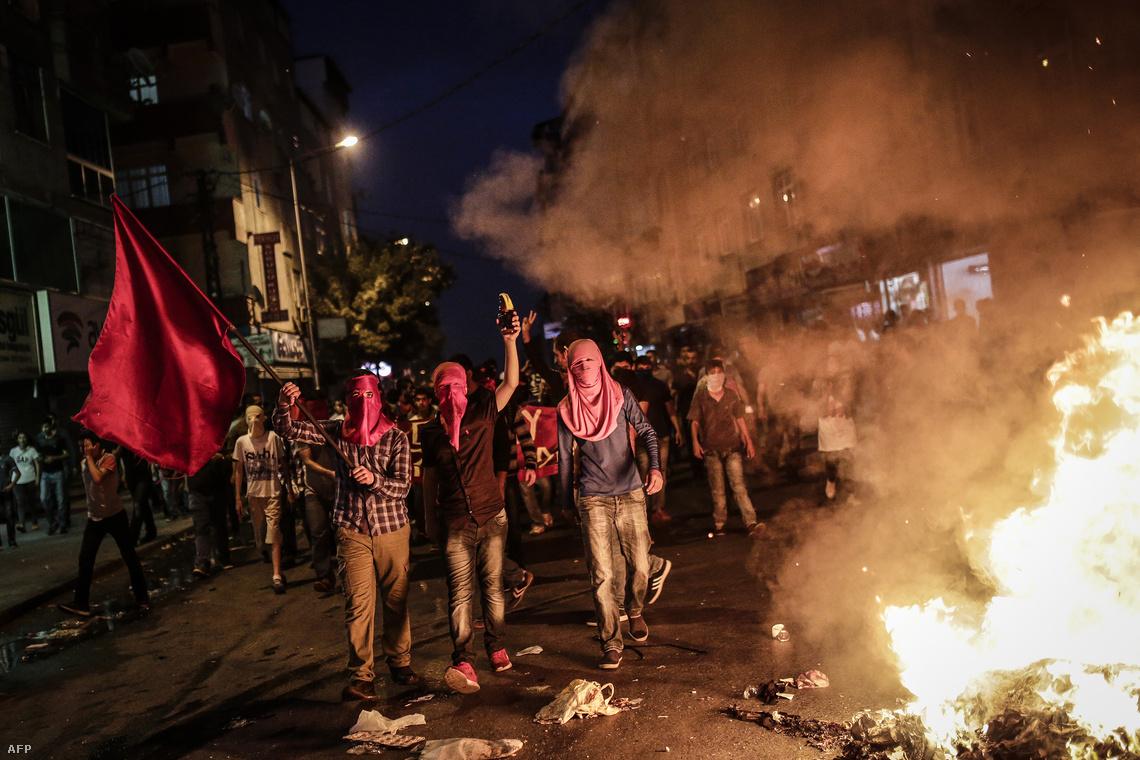 Maszkos szélsőbaloldali tüntetők Isztambulban, a hétvégén fellángolt utcai összecsapásokban.