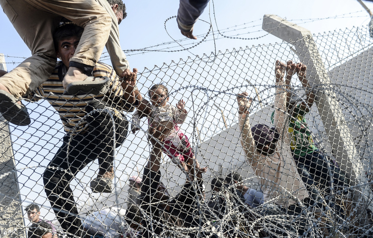 Menekültek próbálnak átjutni a kerítésen Törökországba a szíriai határnál