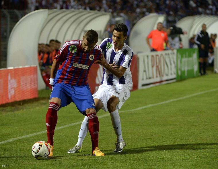 Pajovic Tomislav (b Vasas FC) és Sallói Dániel (j Újpest FC) az OTP Bank Liga 2. fordulójában játszott Vasas FC - Újpest FC labdarúgó-mérkőzésen.