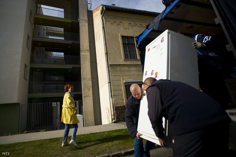 Új lakó költözik be a fővárosi XIII. kerületi önkormányzat százlakásos passzívházába a Jász utcában 2015. április 21-én