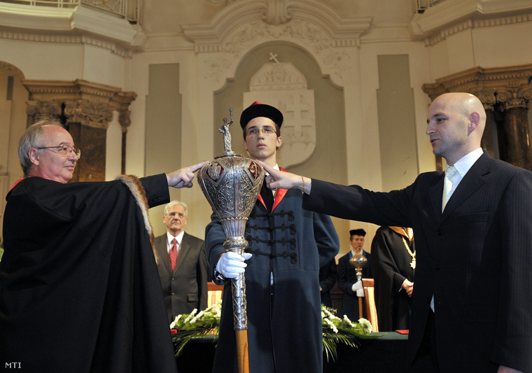 Hudecz Ferenc (b) az Eötvös Loránd Tudományegyetem (ELTE) rektora és Kárász Péter az informatikai tudományok kitüntetéses doktora a rektori jogarra teszi a kezét Kárász Péter eskütétele közben az ELTE dísztermében.