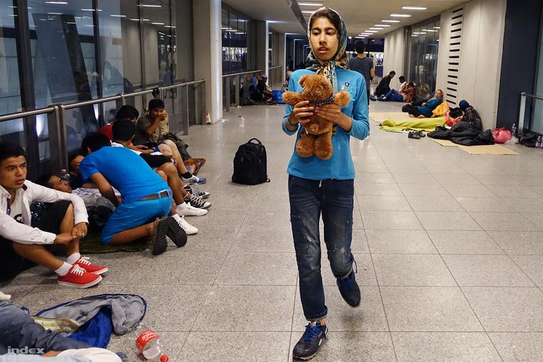 Galéria: Menekültek százai költöztek a Keletibe (15 kép)