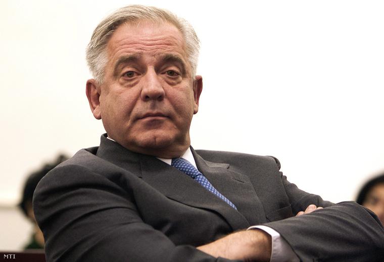 Egy zágrábi bíróság tárgyalótermében készült kép Ivo Sanader volt horvát miniszterelnökről 2012. november 20-án. A háborús nyerészkedés, hivatali visszaélés és vesztegetés bűntettének elkövetésével vádolt Sanadert tíz év börtönbüntetésre ítélték, amiatt hogy a magyar Mol olajipari társaságtól 10 millió euró kenőpénzt kapott, hogy ennek fejében a Mol irányítói jogokat szerezzen az INA horvát olajipari cég felett.