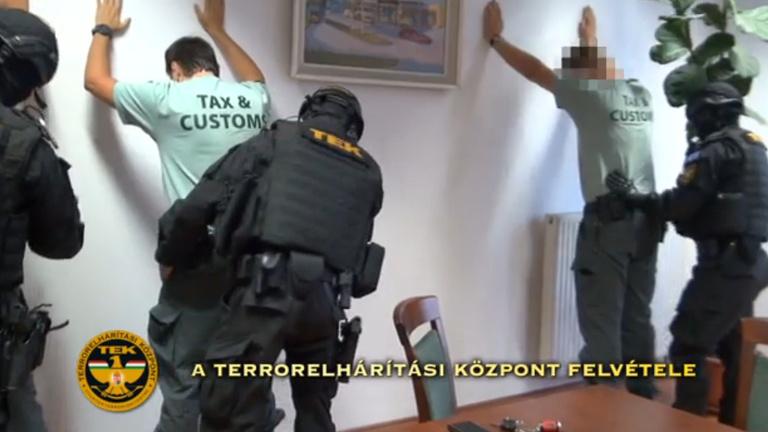 Tizennyolc vámost fogott el a TEK a záhonyi cigarettacsempészet miatt 926064b54a
