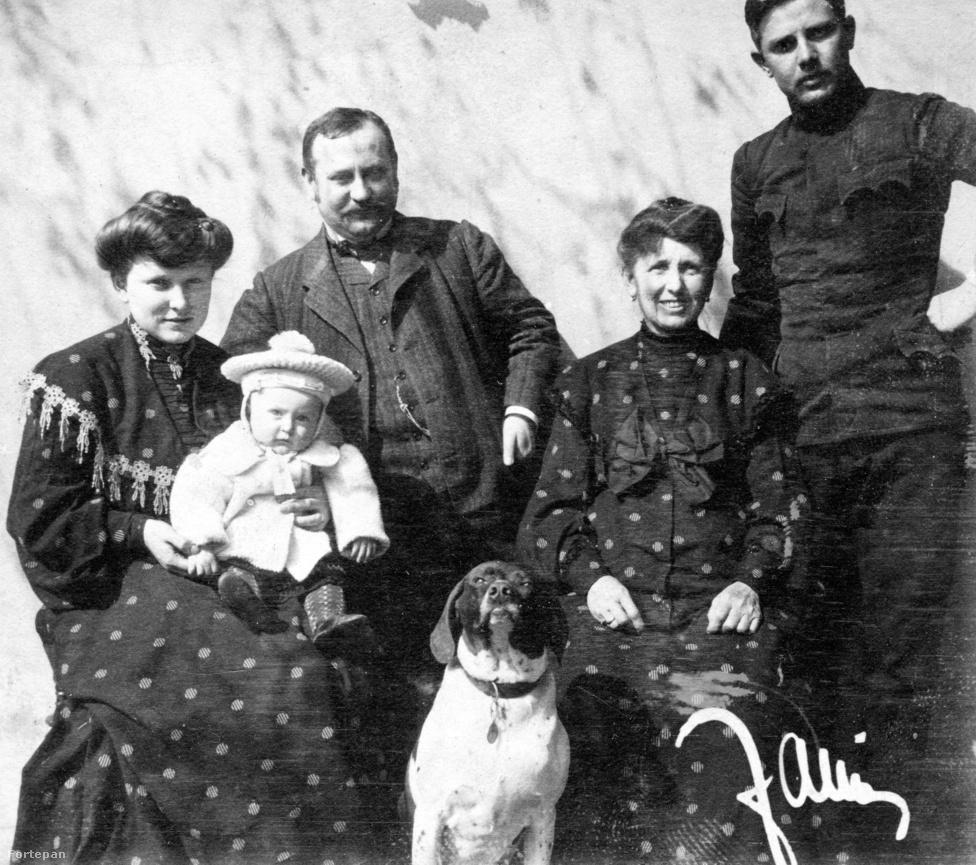 Közhely, hogy a kutya az ember legjobb barátja, de tényleg van benne valami: már az Ostrák-Magyar Monarchia idején készült, régi családi fotókon is ügyeltek arra, hogy a házikedvencek le ne maradjanak a családi albumba szánt képekről. Ezen az 1900-as felvételen a jobb szélén álló, fiatal férfi a Császári és Királyi Hadsereg jellegzetes zsebű zubbonyát viseli – a joviális családfő viszont szemmel láthatóan nemcsak katonaviselt rokonra és a kis trónörökösre büszke, de a kompozíció közepén feszítő, meghatározhatatlan fajú kutyusra is.