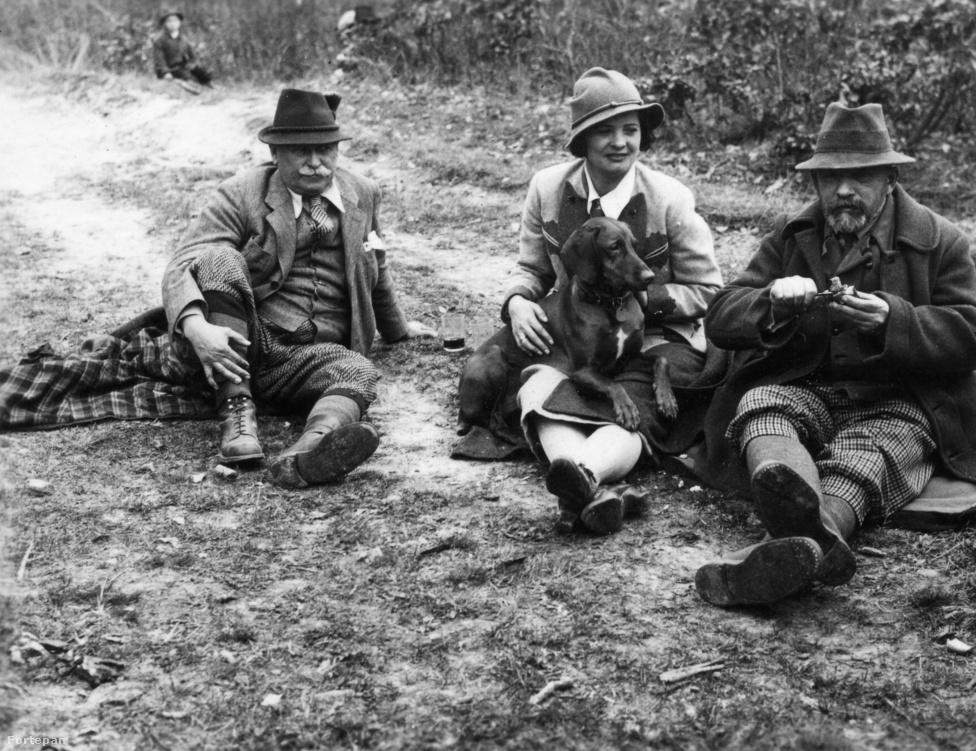 A vidéki Magyarországon a kutyákra szívós és kitartó munkaerőként tekintettek. Míg a parasztság leginkább házőrzőket és terelőkutyákat nevelt, az arisztokrácia főleg vadászni vitte a kedvenceit, ahogy ezen az 1924-ben készült fotón is látható.