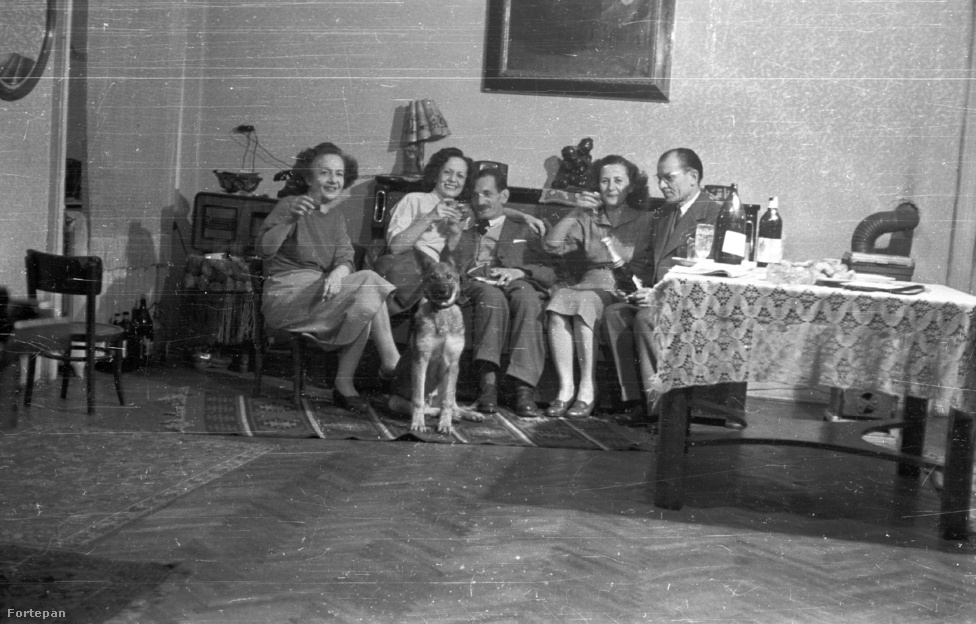 Ez a család 1959-ben a fiatal német juhász kutyájával együtt bontott pezsgőt, miközben talán épp az új esztendőt várva koccintottak. Kutyatartóknak manapság az efféle petárdázós esemény maga a pokol: a mai állatok ugyanis első világháborús felmenőikkel és rendőrkutya rokonaikkal ellentétben nincsenek felkészítve a durrogtatásra, és úgy ilyenkor úgy megijedhetnek, hogy akár el is szökhetnek a kertből. Szilveszterkor ezért nagyon fontos, hogy ne felejtsünk el megfelelően gondoskodni négylábú kedvenceinkről: akár nyugtatót is kaphatnak erre a pár petártázós napra.