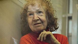Videó rögzítette, ahogy a kannibál nagymama cipeli az áldozatok fejét egy lábosban