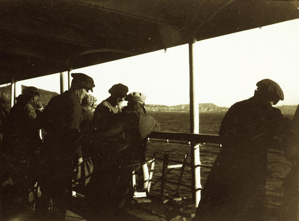 Eddigre azonban Lőw Márton egy francia lobogó alatt hajózó német tengerjáró fedélzetén már hazatért. Az Indiát megkerülő hajóút, melyen 32 napon át sárgaborsót ettek, Triesztben ért véget. A magyarok itt, az ünnepélyes fogadtatásukon szembesültek vele, hogy egy-két dolog megváltozott távollétükben, például az ország határai sem pont ugyanott vannak, mint korábban.