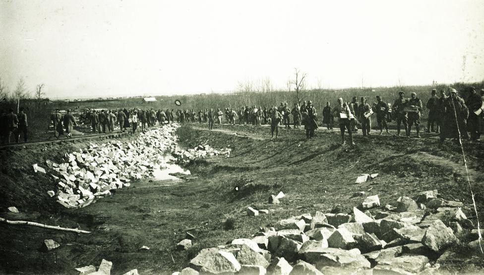 """Ők megúszták a kintlét legkegyetlenebb hónapjait. """"Az éhség Oroszországban leírhatatlan nagy arányokat öltött. 1921-ben és 1922-ben nem lehetett összeszedni az utcára kitett holttesteket. A verébnek és a varjúnak piaci árfolyama volt, és emberhúsból készült kolbászféléket is árultak…"""" Propagandisztikus túlzásnak is lehetne tartani, amit a harmincas években kiadott Hadifogoly magyarok története a polgárháborúba és káoszba zuhanó birodalom viszonyairól írt, de a borzalmakat az újabb források is megerősítik."""